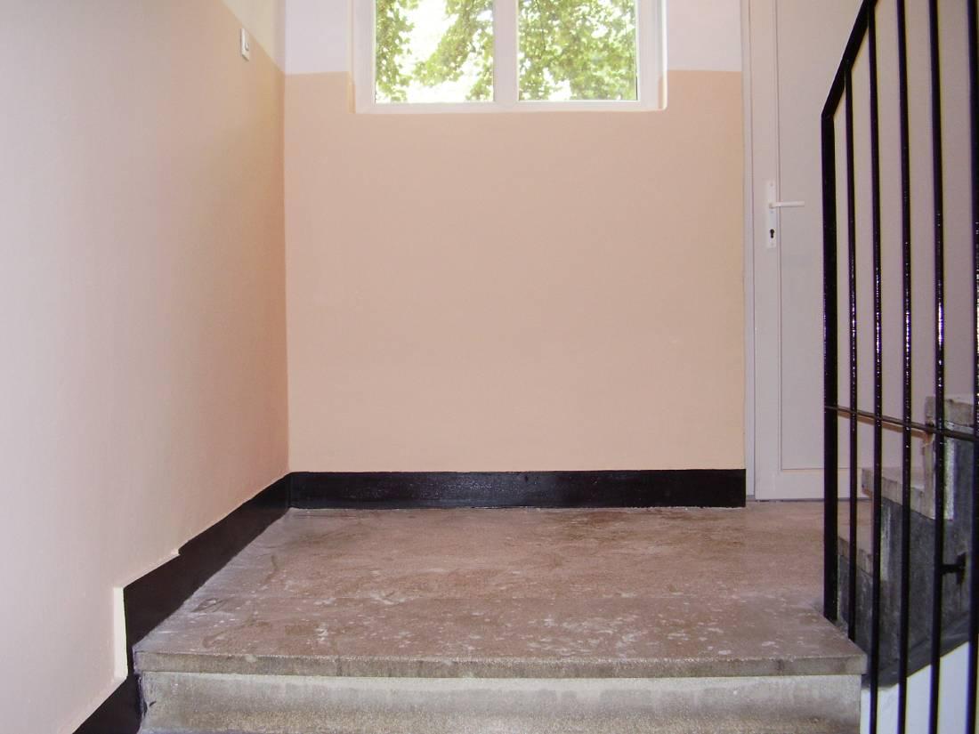 Uređivanje stubišta zgrada - ličenje perive boje