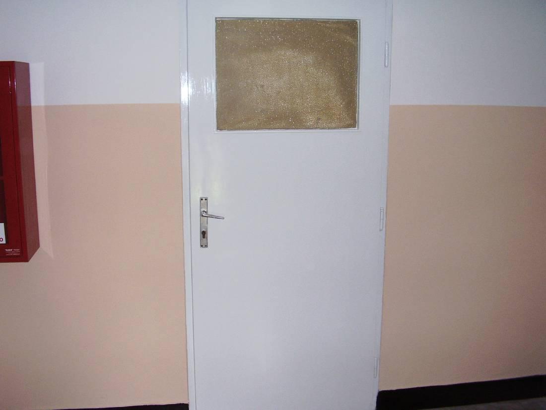 Uređivanje stubišta zgrada - lakiranje vrata